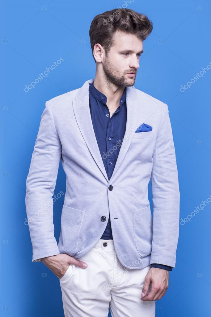 super popular 5cde5 9f16f Uomo bello in una giacca blu e camicia blu scuro — Foto ...