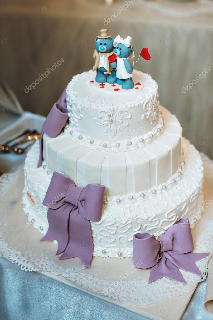 Hochzeitstorte In Flieder Lila Farbe Mit Dekorativen Bogen Tragt