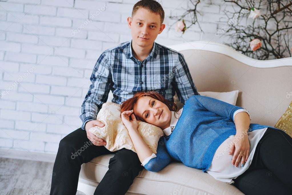 молодая жена на диване
