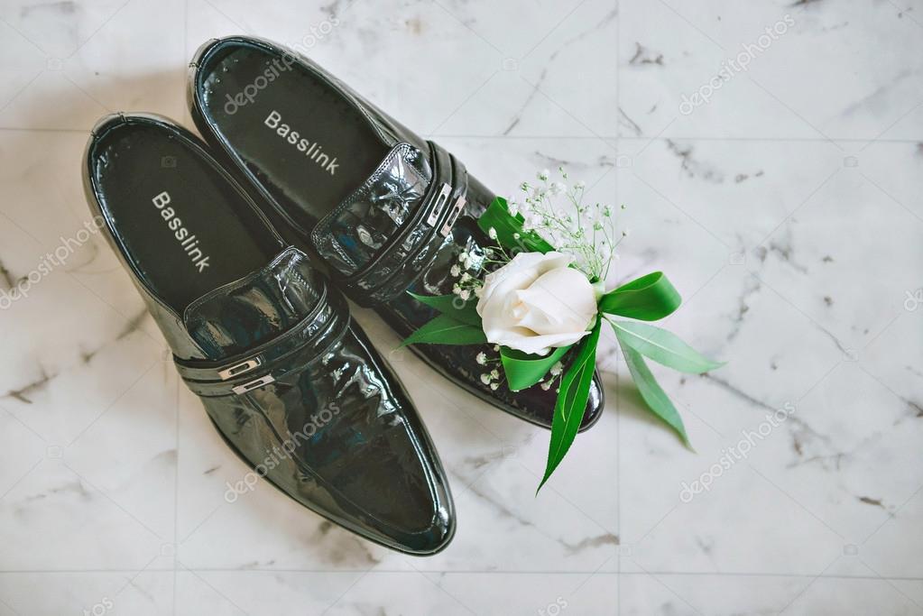 Lila, Rosa, weiße Hochzeit Blumenstrauß. Herren schwarz Schuhe auf einem  Holzfußboden — Stockfoto 1c6bce4da4