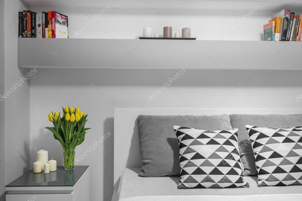 Libreria Sopra Letto : Libreria sopra il letto matrimoniale u foto stock in mal