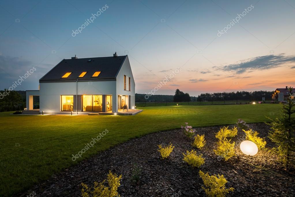 Casa moderna di notte u foto stock in mal
