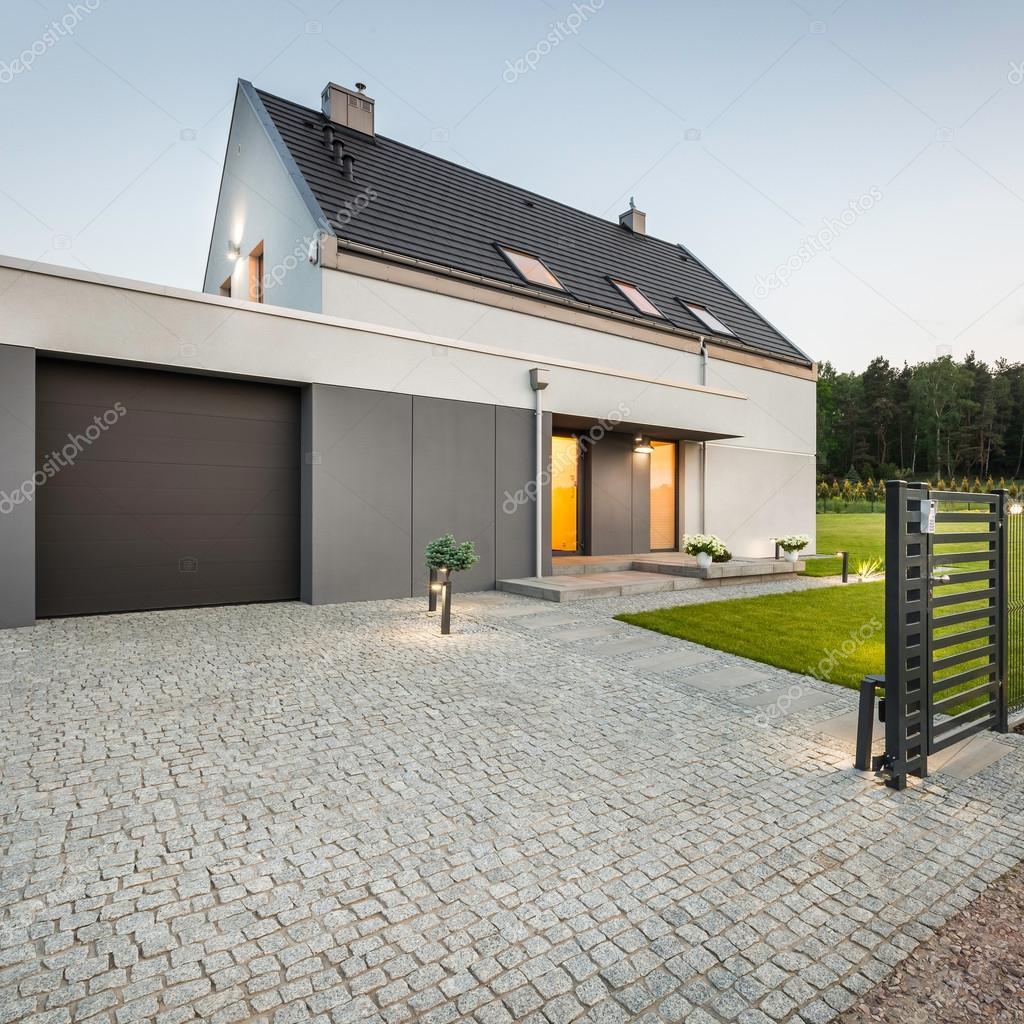 Design-Haus mit Stein Auffahrt — Stockfoto © in4mal #113496152