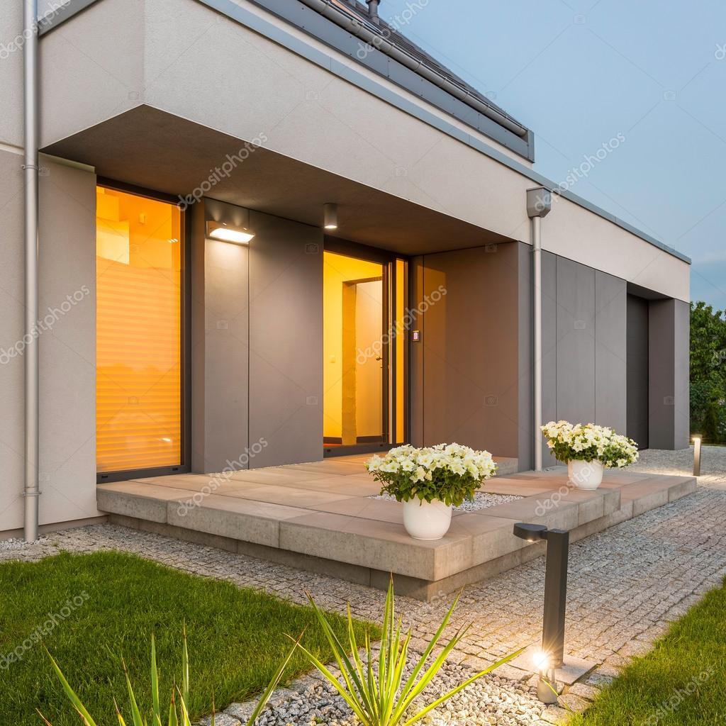 Decoratieve buiten verlichting rondom huis — Stockfoto © in4mal ...