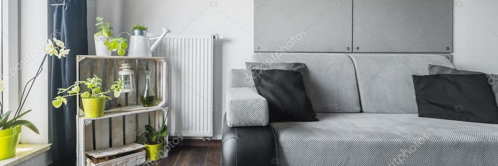 Zöld elemekkel szürke szoba — Stock Fotó © in4mal #115812618