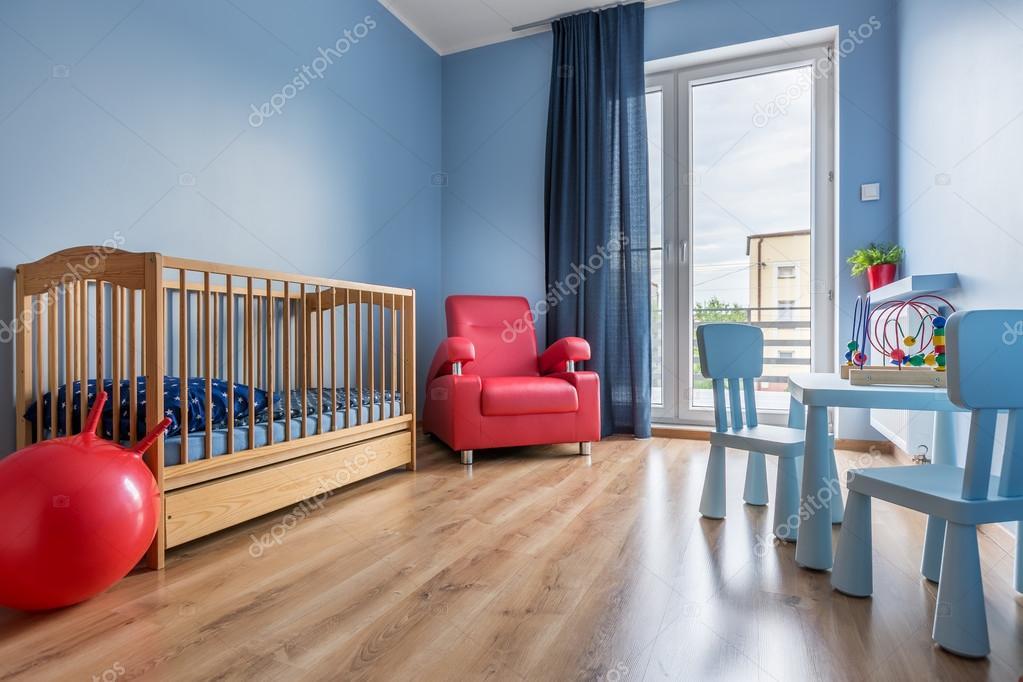 Chambre spacieuse bleu bébé avec lit fauteuil balcon rideau en fenêtre petite table et chaises image de in4mal