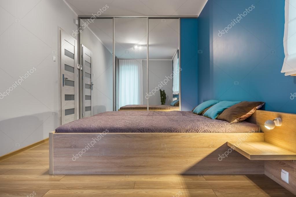 Schon Moderne Schlafzimmer In Weiß Und Blau Mit Großem Bett Und Verspiegelten  Kleiderschrank U2014 Foto Von In4mal