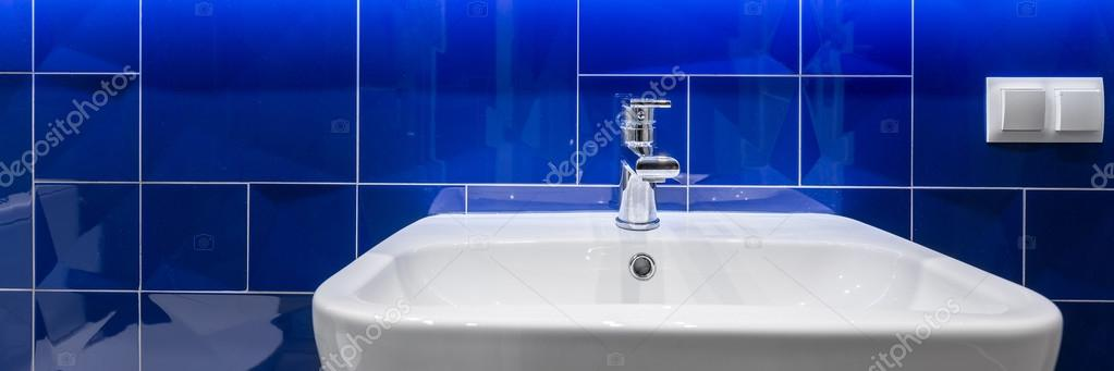 Salle de bain avec carrelage bleu brillant — Photographie in4mal ...