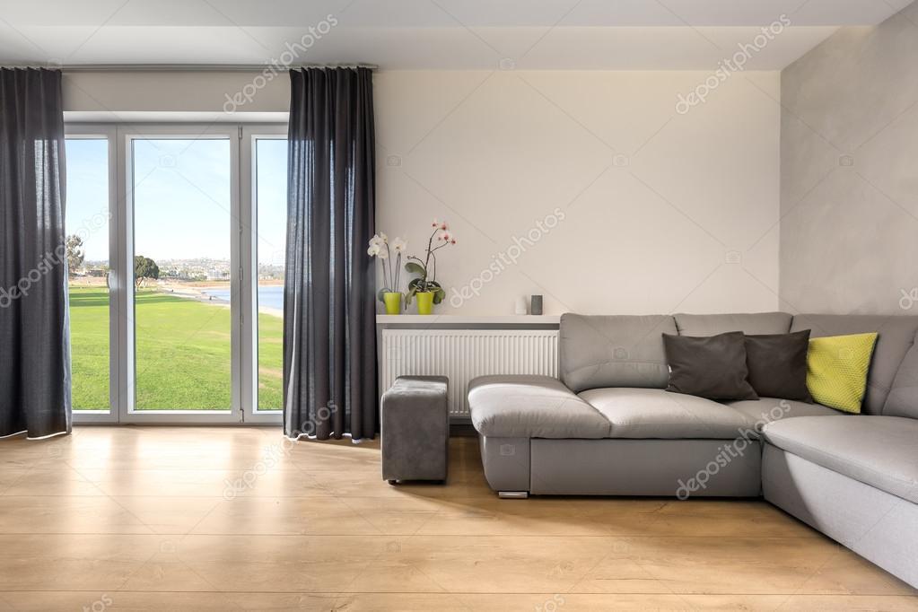 Geraumiges Wohnzimmer Mit Schoner Aussicht Stockfoto C In4mal