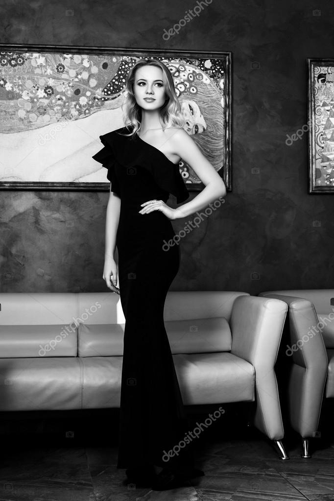 buy online 4dd0e 5cb38 Bella giovane donna in un abito da sera nero. bianco e nero ...