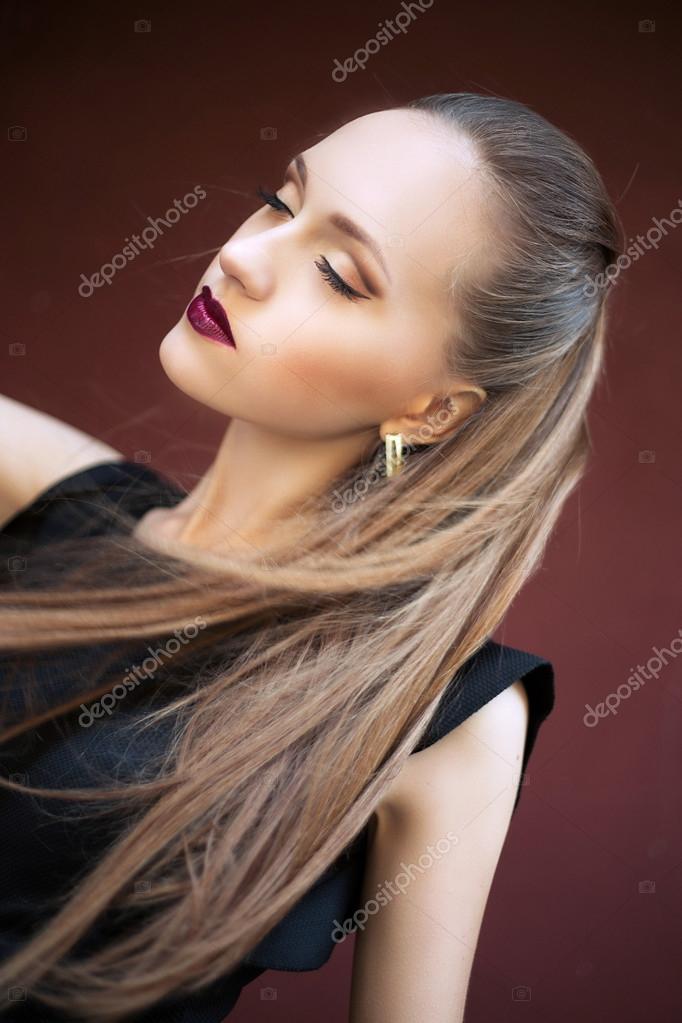 Belle jeune femme dans une robe noire, debout à l extérieur. portrait de  mode chic — Image de YuliiaChupina 2525386d9537