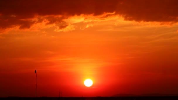 západ slunce na moři a silueta vlajka houpačka tmavé nebe čas vypršel