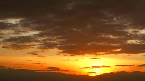 Žluté poslední světlo západu slunce zpět na tmavě oranžové obloze