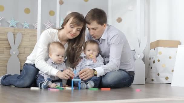 rodina s dětmi postavit dům z dřevěných Návrhář