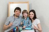 Šťastná rodina malířské barvy doma