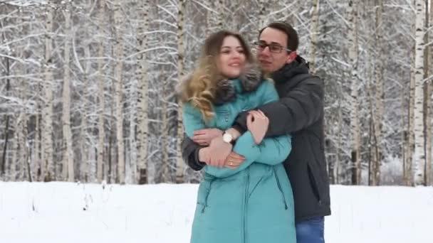 Glückliches junges Paar in einem Winter Park Wandern.