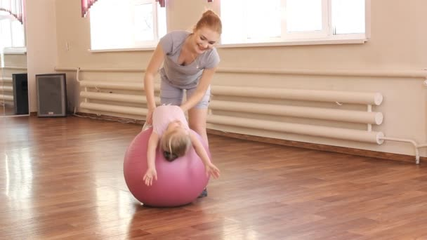 Těhotná žena s dcerou první dítě dělá gymnastika