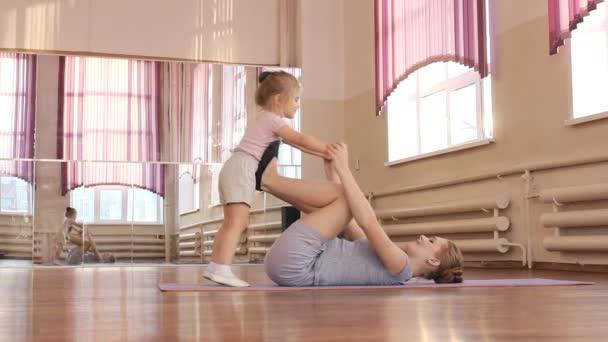 Terhes nő lányával első gyerek szinhaz