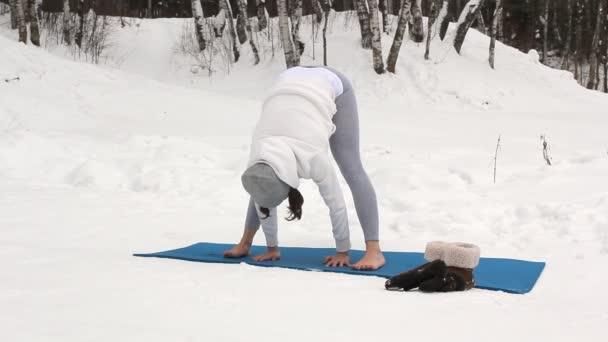 Zimní cvičení jógy v krásné místo