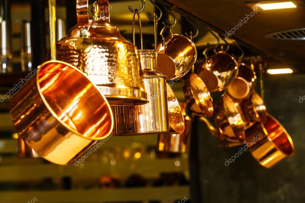 Caída del cobre utensilios de cocina (ollas, sartenes, jarras) del ...