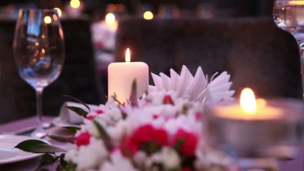 teure Luxus-Tabelle dienen für ein Ereignis festlich mit Kerzen und Rosen
