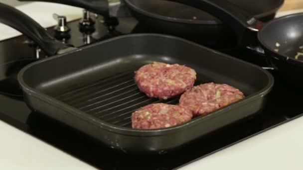 cucinare hamburger hamburger sulla griglia padella filmati stock