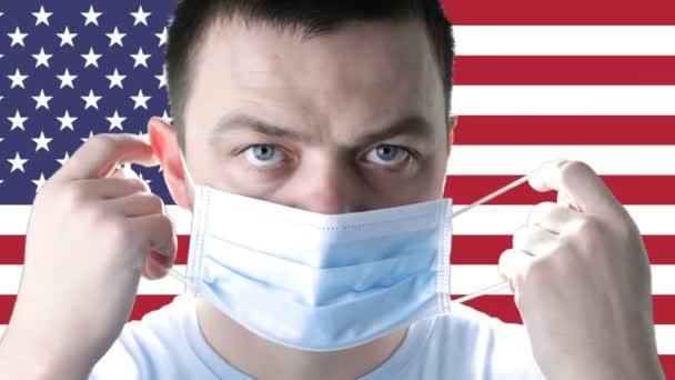 Arzt in medizinischer Schutzmaske auf einem Hintergrund der Flagge der Vereinigten Staaten von Amerika. Coronavirus COVID-19 in den USA. Das Konzept von Gesundheit, Sicherheit, Krise, Quarantäne, Rezession und Finanzen.