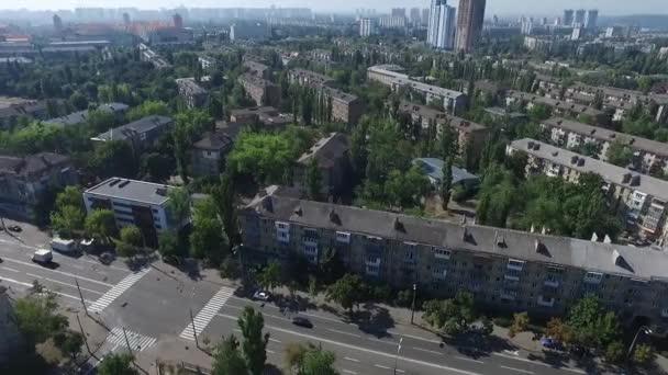 Letecký pohled na obytných oblastí, domy a provoz v Kyjevě. Ukrajina