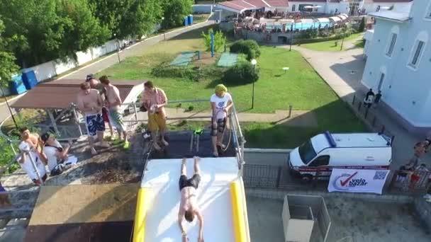 Vzdušné extrémní sportovní festival. potápění, trampolína wakeboarding a volejbal fotbal. Kyjev Ukrajina. Truhanov ostrov