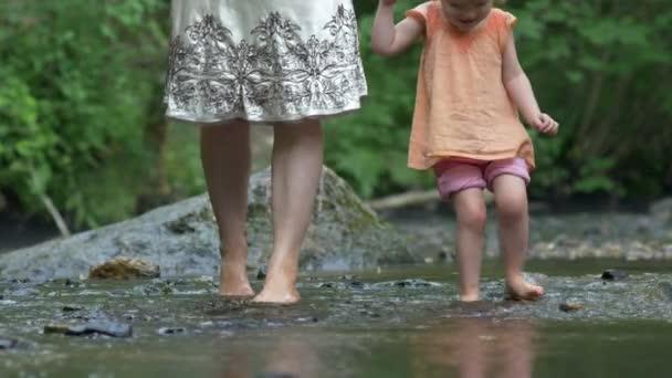Anya és a fiatal lánya lapát mezítláb, mint sziklák