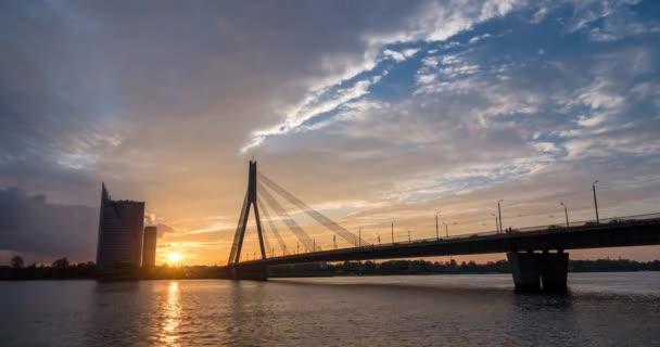 Časová prodleva epické západu slunce v Rize, Lotyšsko