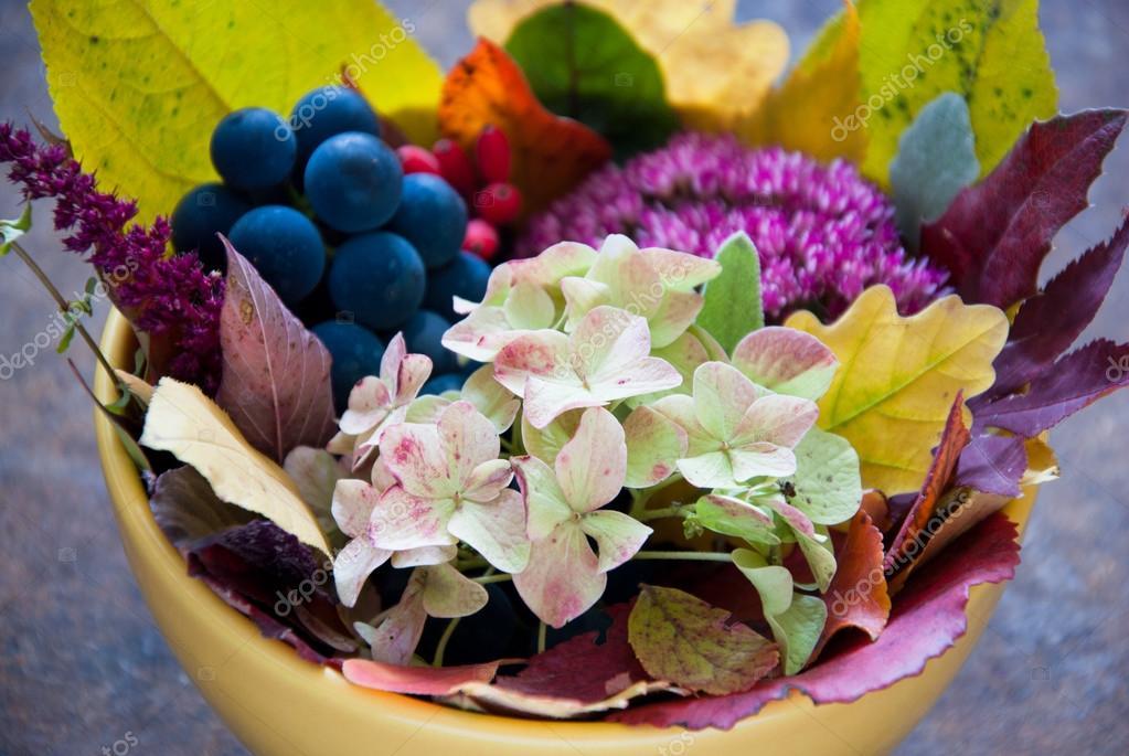 Букет осени из цветов и фруктов фото — 3