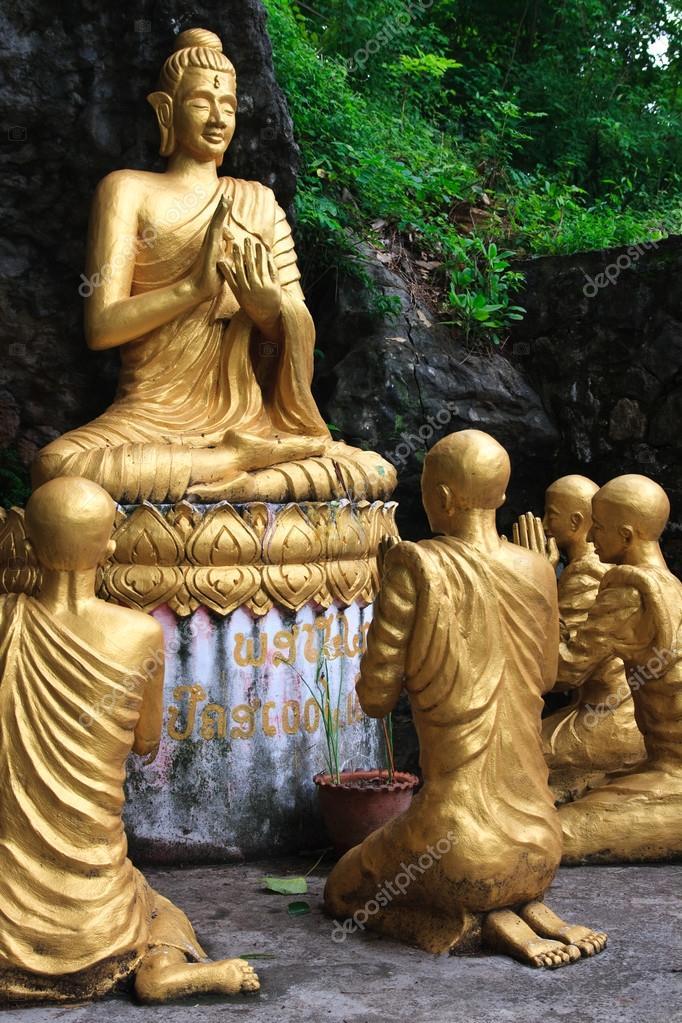 仏僧の学生に囲まれて座っている...