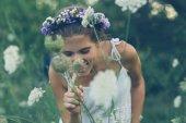 Fotografie Kleines Mädchen in der Blumenwiese