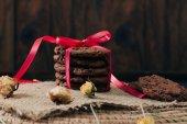 Fotografie Čokoláda čip cookies na tabulce vinatge