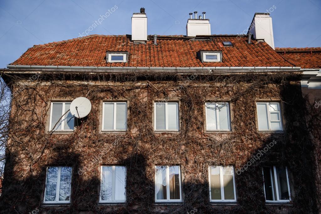 Overwoekerde huis gevel u stockfoto vladeephoto gmail