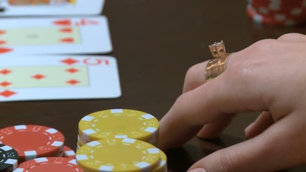 Společnost mladých mužů hrát poker