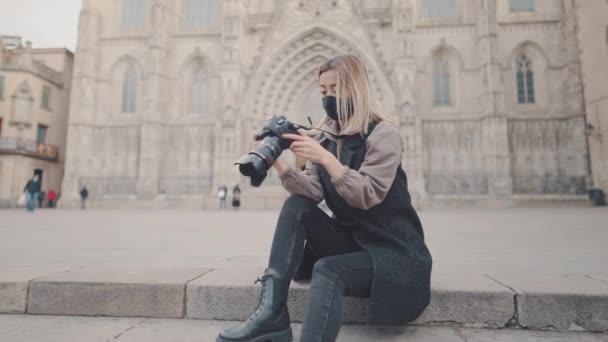 turista žena v masce na ulici s dslr foto kamera
