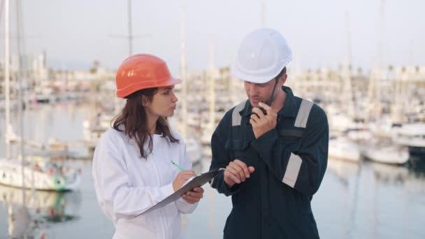 Inspektoři jachet během procesu registrace lodí