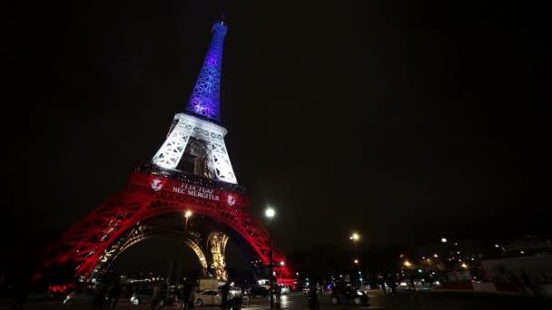 Pohled na Eiffelovu věž v Paříži, v noci