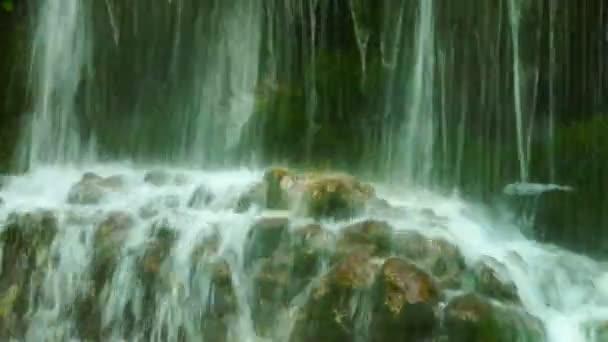 Součástí krásného vodopádu Urlatoarea v horách, s výškou 15m. Voda padající zuřivě.