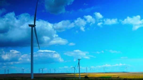 Koncepce z používání přírodních zdrojů Intelligently.Wind Turbines.Time zanikla, 4k, statický snímek