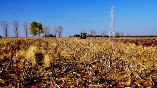 Říjen 2015, Balotesti poblíž Bukurešť, Rumunsko - zemědělství orání traktorem