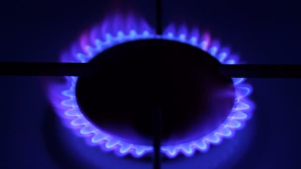 Erdgasentzündung im Ofenbrenner. Konzept begrenzter Ressourcen