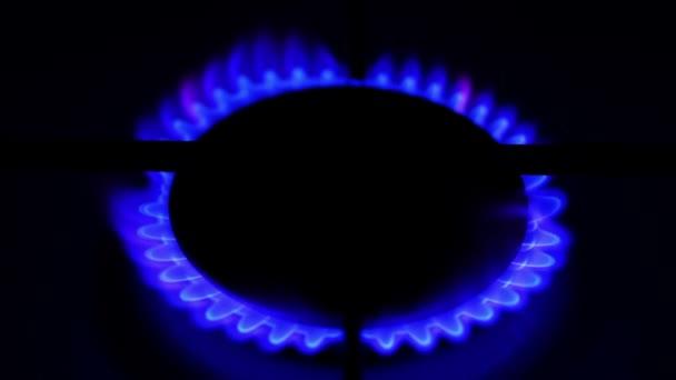 Zemní plyn zánět v hořáku vařiče. Koncept omezených zdrojů
