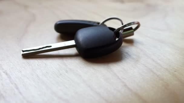 Klíče od auta k pultu a bral od stolu. Zvuk