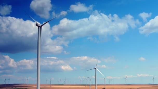 8e366d0ebec Turbinas eólicas com céu nublado