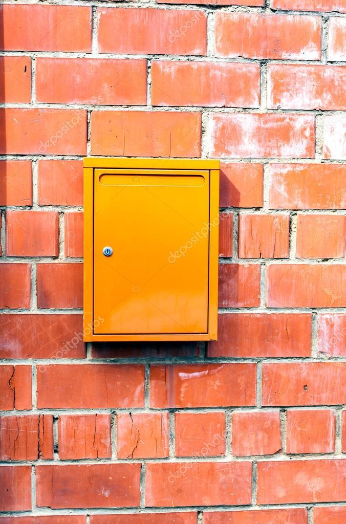 Pietra e metallo cassetta postale di parete arancione for Disegni di garage di mattoni