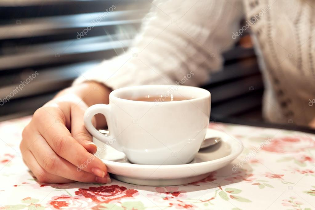 girls hand holding a cup of tea.. — Stock Photo © Mukhomedianova ...