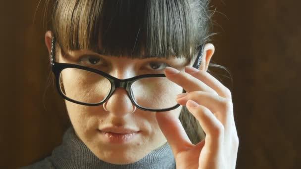 Portrét mladé seriózní žena nosit brýle
